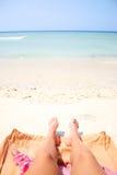 Pés do verão na praia Fotografia de Stock