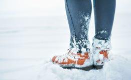 Pés do viajante na neve exterior Conceito do curso e da descoberta fotografia de stock