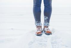 Pés do viajante que estão na neve exterior Curso e descoberta imagem de stock