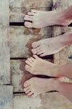 Pés dos amantes na ponte Imagem de Stock