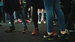Pés dos atletas dos corredores que preparam-se para a raça de maratona filme