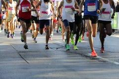 Pés dos corredores de maratona somente Fotos de Stock Royalty Free