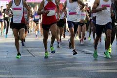 Pés dos corredores de maratona somente Foto de Stock