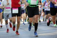 Pés dos corredores de maratona somente Imagem de Stock