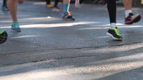 Pés dos corredores de maratona somente Movimento lento vídeos de arquivo