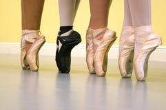 Pés dos dançarinos de bailado em sapatas do pointe Fotos de Stock