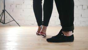Pés dos dançarinos - o par da família está dançando o kizomba no estúdio vídeos de arquivo