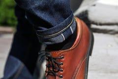 Pés dos homens em calças de brim da ourela e em sapatas retros Imagem de Stock Royalty Free