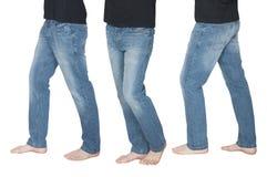 Pés dos homens nas calças de brim em poses diferentes Fotografia de Stock