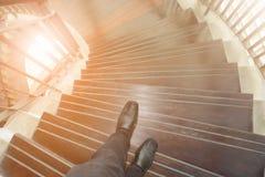 Pés dos man's do negócio que andam abaixo da escadaria Imagem de Stock
