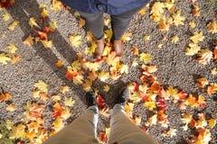 Pés dos pés dos pares disparados durante o outono Fotografia de Stock Royalty Free