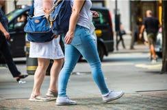 Pés dos pedestres que andam na faixa de travessia na rua de Oxford, Londres Vida moderna, Londres Fotografia de Stock Royalty Free