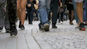Pés dos povos da multidão que andam na rua vídeos de arquivo