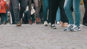 Pés dos povos da multidão que andam na rua filme