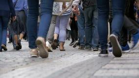 Pés dos povos da multidão que andam na rua no movimento lento video estoque