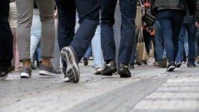 Pés dos povos da multidão que andam na rua no movimento lento vídeos de arquivo