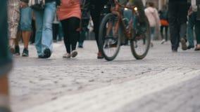 Pés dos povos da multidão que andam na rua no movimento lento filme