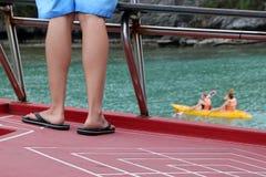 Pés dos povos no fundo das atividades do barco e do caiaque da excursão Fotografia de Stock