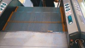 Pés dos povos que movem sobre um elevador da escada rolante no shopping vídeos de arquivo