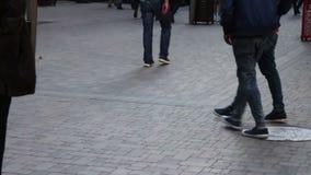 Pés dos povos que passam perto A multidão está andando ao longo da rua video estoque