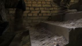 Pés dos soldados nas botas do exército que escalam acima a escadaria filme