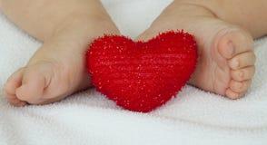 Pés e coração Imagens de Stock Royalty Free