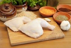 Pés e especiarias frescos crus de galinha em uma boa da estaca Fotos de Stock Royalty Free