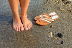 Pés e falhanços de aleta na praia Imagem de Stock Royalty Free
