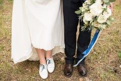 Pés e pés do casal em sapatas à moda fotos de stock