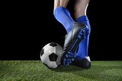 Pés e pés do jogador de futebol na ação que corre e que pinga com a bola que joga na grama verde Fotografia de Stock Royalty Free