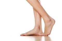 Pés e pés fêmeas desencapados imagens de stock