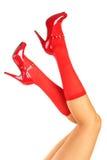 Pés e sapatas vermelhas das mulheres Fotos de Stock Royalty Free