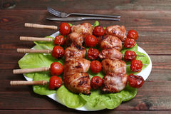 Pés e tomates grelhados de galinha do no espeto do assado em espetos Imagem de Stock Royalty Free