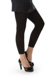 Pés em calças justas pretas. Fotografia de Stock Royalty Free