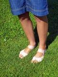 Pés estranha tanned no gramado Imagem de Stock