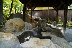 Pés exteriores dos termas quentes com associação da rocha e o telhado de madeira das colunas, KUR fotografia de stock