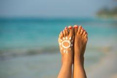 Pés fêmeas bonitos na imagem conceptual da praia tropical de Foto de Stock