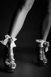 Pés fêmeas com saltos altos bonitos Foto de Stock Royalty Free