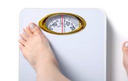 Pés fêmeas de escala de peso fotografia de stock royalty free