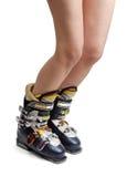 Pés fêmeas despidos em carregadores de esqui Foto de Stock