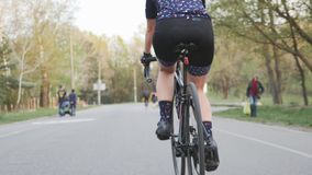 Pés fêmeas do ciclista que pedalling uma bicicleta Siga para tr?s o tiro Músculos do pé na bicicleta Conceito do ciclismo filme