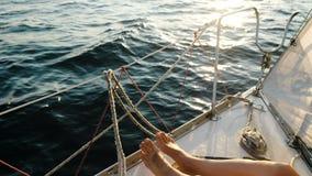 Pés fêmeas dos pés no close up de navigação do iate no mar aberto filme