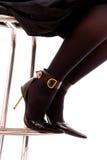 Pés fêmeas em meias pretas e sapatas em um salto Imagem de Stock Royalty Free