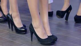 Pés fêmeas em sapatas pretas, close-up das sapatas na passarela, sapatas das coleções na semana de moda filme