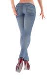 Pés fêmeas nas calças de brim Imagens de Stock Royalty Free