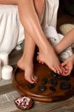 Pés fêmeas no salão de beleza dos termas, procedimento do pedicure Imagens de Stock