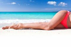 Pés magros bronzeados na praia Imagens de Stock