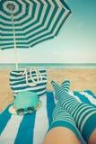 Pés magros da mulher em uma praia Fotografia de Stock Royalty Free