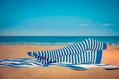 Pés magros da mulher em uma praia Foto de Stock Royalty Free