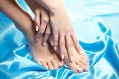 Pés manicured bonitos com um pedicure puro Fotografia de Stock
